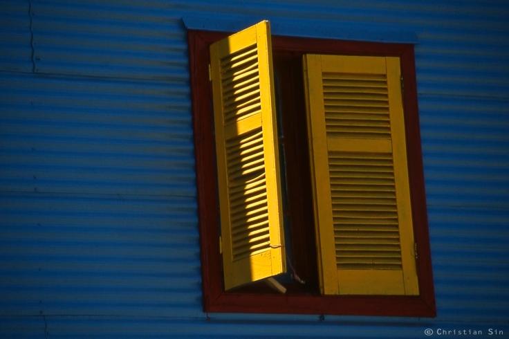 Une fenêtre s'ouvre sur le mystère d'une chambre que l'on devine